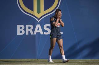 Casemiro boceja antes do inicio do treino fechado da Selecao Brasileia em Sochi