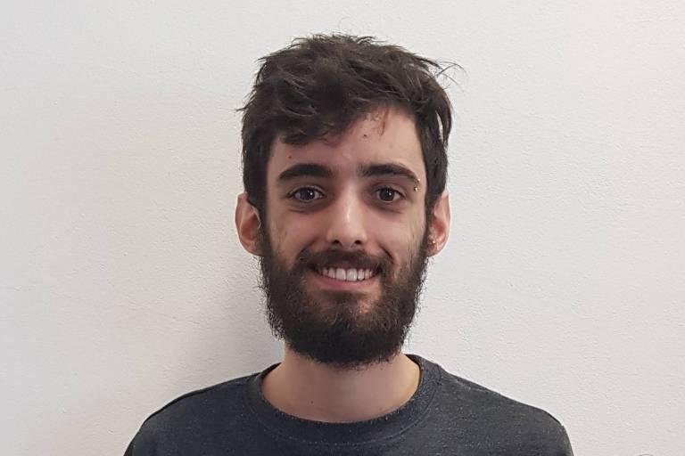 """Tobias Carvalho, 22, é o vencedor da categoria """"Conto"""" no 15º Prêmio Sesc de Literatura."""