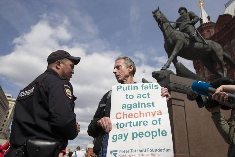 Ativista gay é detido por protestar contra Putin em Moscou