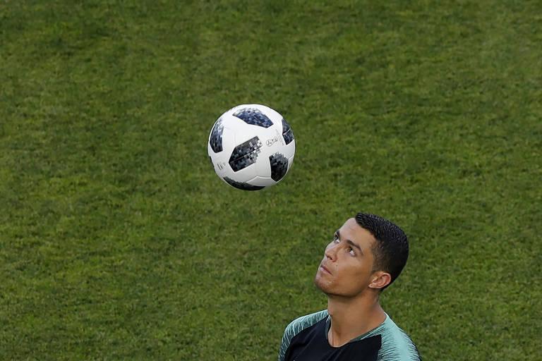 3e94f45217 Cristiano Ronaldo cabeceia bola em último treino antes da estreia de  Portugal na Copa