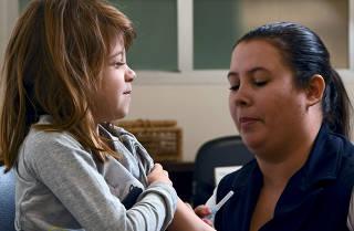 Vacinação em colégio com concentração de casos de gripe
