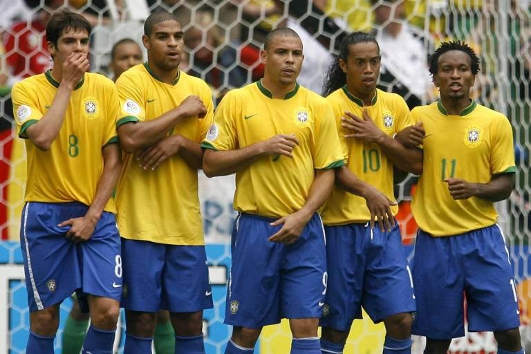 Kaká, Adriano, Ronaldo, Ronaldinho e Zé Roberto formam barreira durante vitória da seleção sobre Gana por 3 a 0, nas oitavas de final da Copa do Mundo de 2006, em Dortmund, na Alemanha