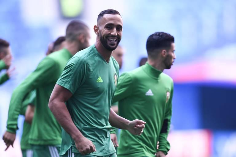 Benatia, do Marrocos, sorri para a câmera em treino da seleção para jogo contra o Irã
