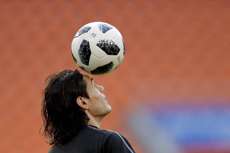 Cavani controla bola durante treino do Uruguai