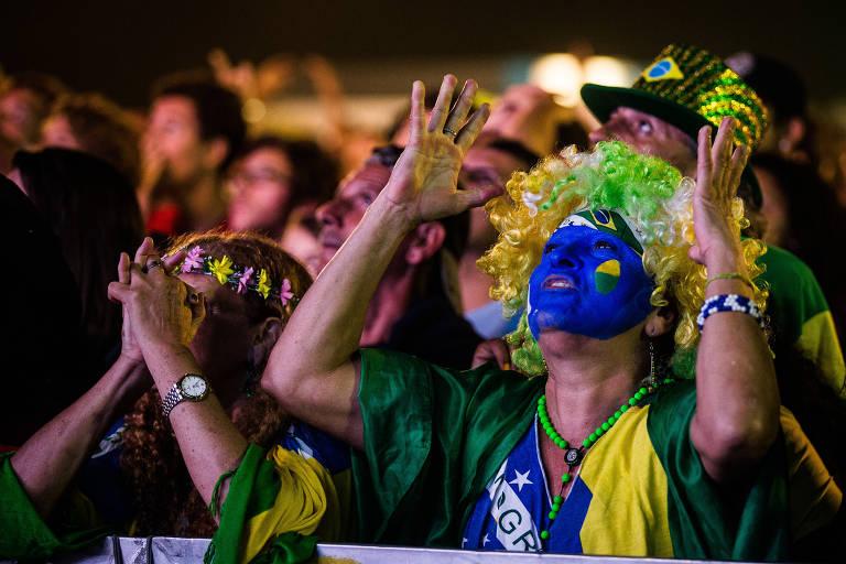 Torcedores brasileiros assistem a jogo da Copa do Mundo de 2014 no Rio