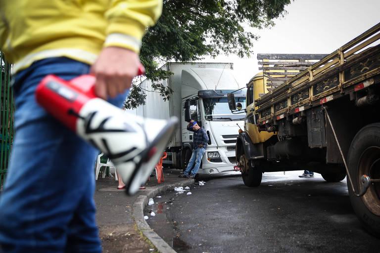 bf05745d09ee Caminhoneiros e agenciadores de carga negociam trabalho em São Paulo -  Zanone Fraissat/Folhapress