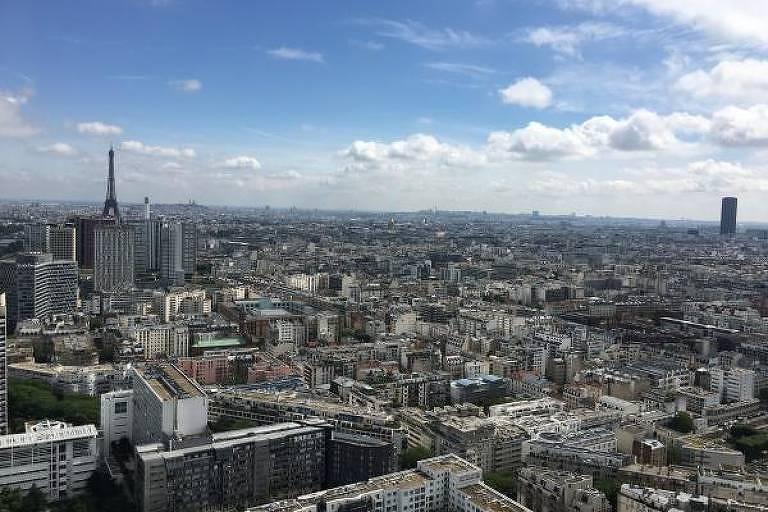 Vista de cidade, com céu azul