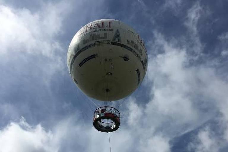 Balão no ar, visto de baixo