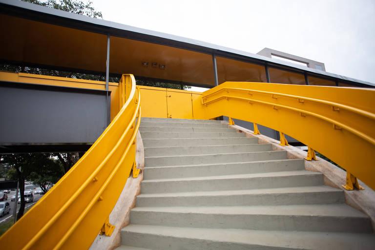 Foto mostra a escadaria, que termina em uma parede amarela
