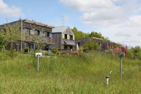 Casas de madeira com painéis solares na comunidade de Langouët