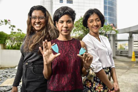 A partir da esquerda: as irmãs Rebecca, Joanne e Vanessa Paranjothy comandam uma empresa social que promove o uso de copos menstruais reutilizáveis, chamados de copos de liberdade ORG XMIT: ST20180423_201873206815
