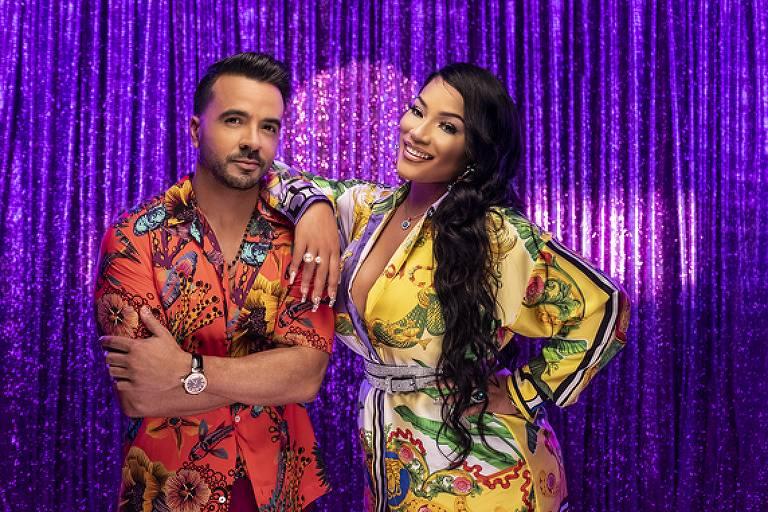 Cantores latinos de roupa estampada posam para foto