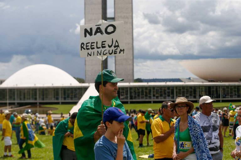 homem segura placa em frente ao congresso