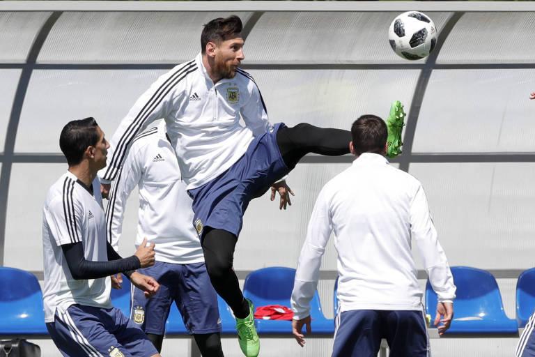 Messi pula para chutar bola no último treino da Argentina antes da estreia contra a Islândia