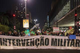 Manifestantes protestam em frente ao MASP na av Paulista  pedindo intervencao militar, apoiando movimento dos caminhoneiros, contra governo Temer,  entre outros levantes