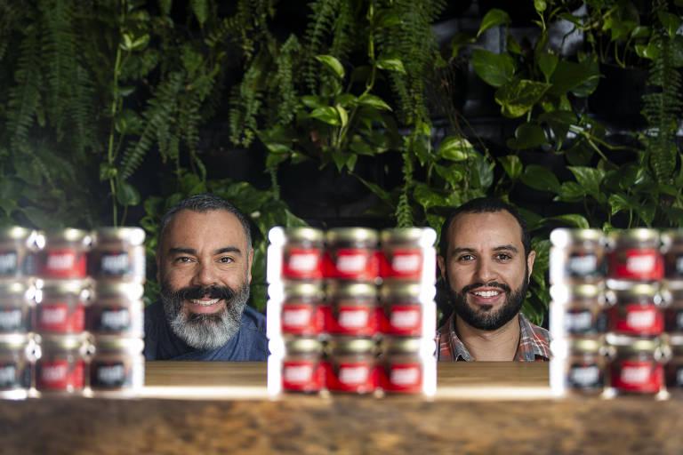 Renato Caleffi (esq.) e Rafael Miranda, do Le Manjue, posam com os potinhos de ganache da casa