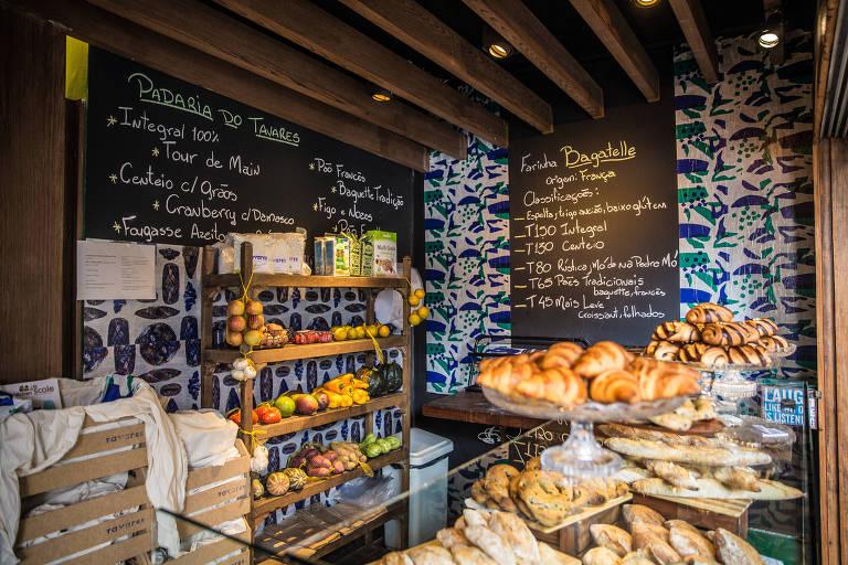 A padaria do restaurante Tavares, na região central de São Paulo, com bandejas de pão e outros produtos expostos