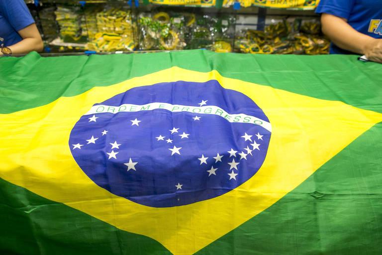 Lojas no centro de São Paulo colocam à venda bandeiras que encalharam na Copa de 2014