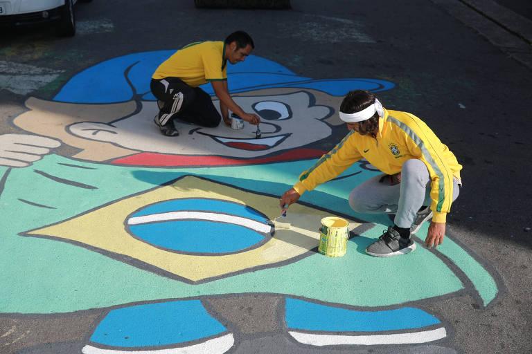 Moradores da zona leste de São Paulo decoram rua para a Copa do Mundo