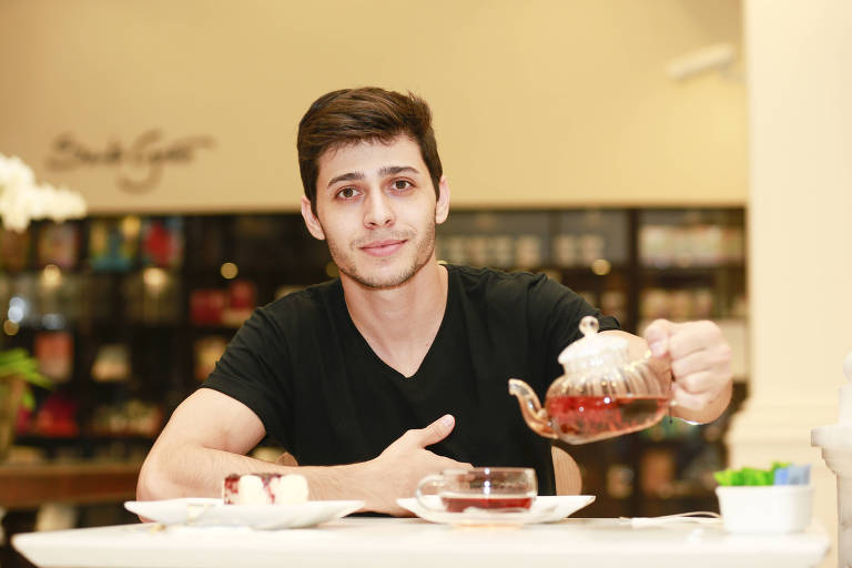 O ator Raphael coloca chá na xícara