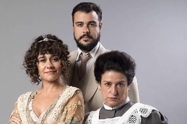 Atores Joaquim Lopes, Alessandra Negrini e Grace Gianoukas posam em frente a fundo cinza