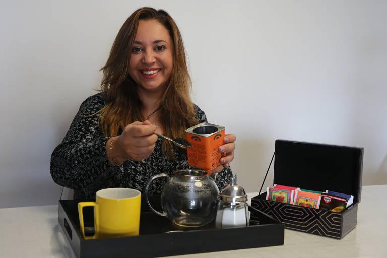 A consultora Solange Alves prepara o seu chá