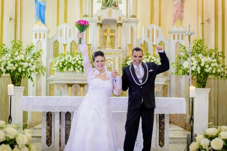 Rosana e Antonio, ainda no altar na igreja, comemoram o casamento