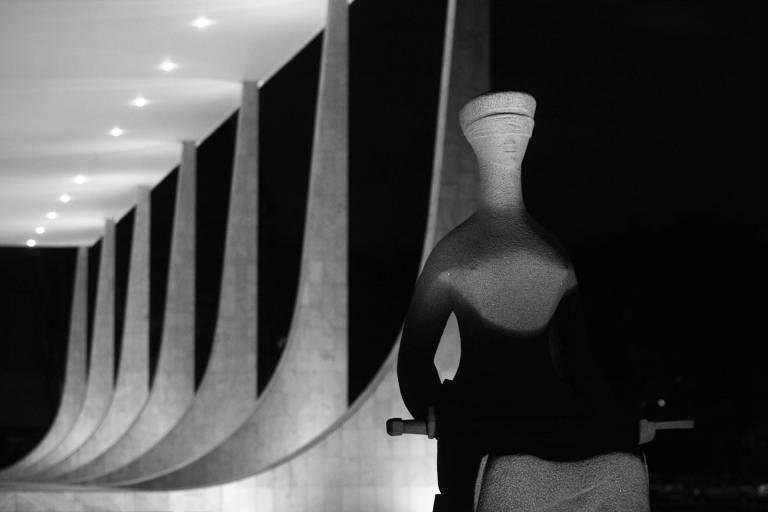 Estátua da Justiça, em frente ao Supremo Tribunal Federal; para a corte, condução coercitiva para interrogatório é inconstitucional
