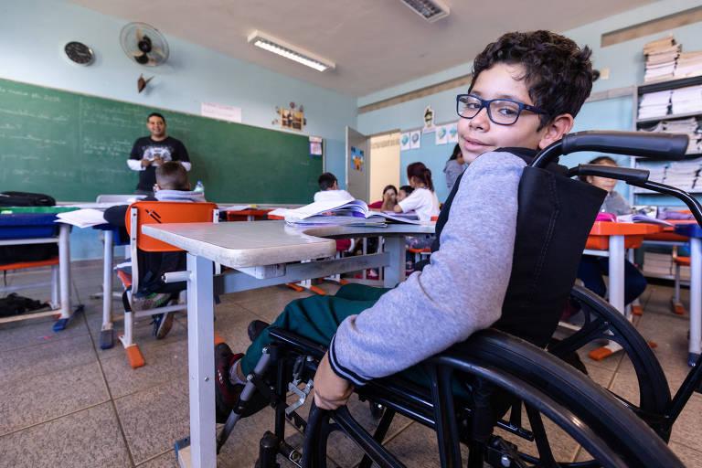 Micael passou o dia como cadeirante para entender os desafios de Kauã Fortunado, 9, que tem paralisia cerebral