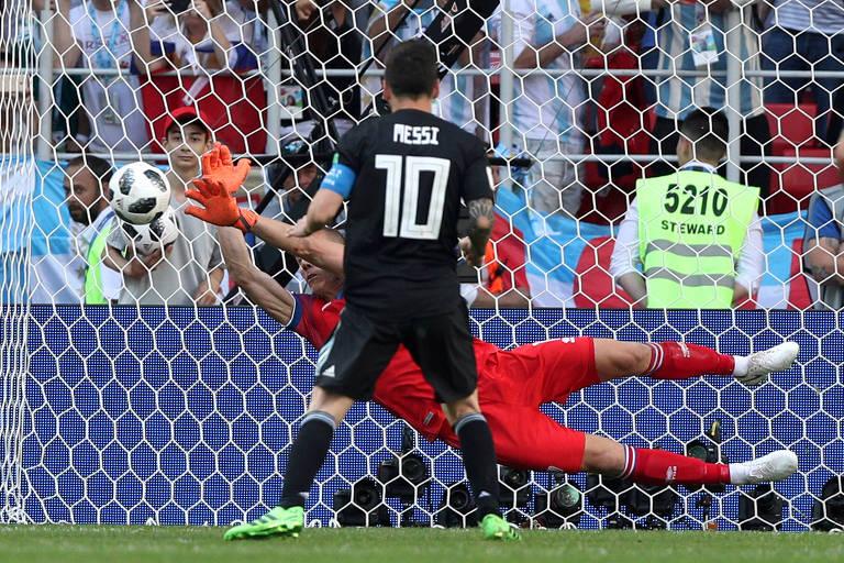 Hannes Halldorsson defende cobrança de pênalti de Messi