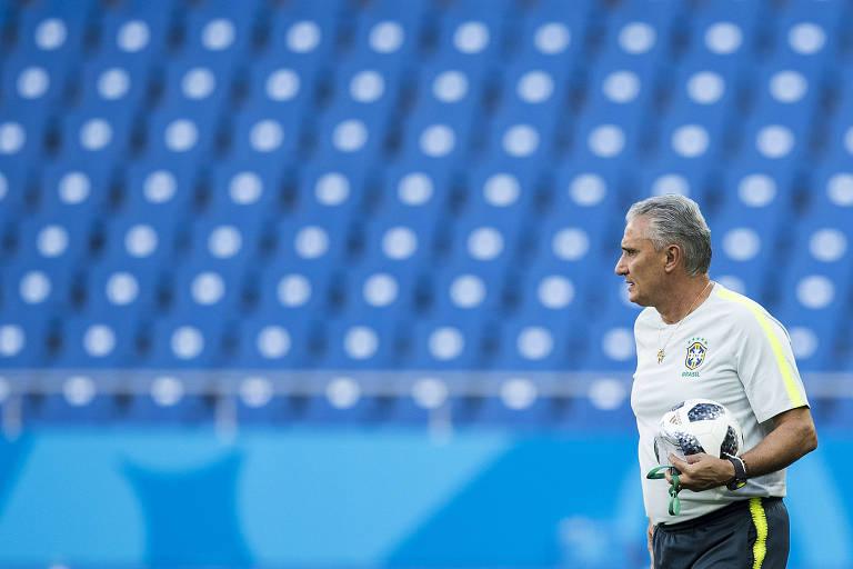 Jogadores fazem treino no campo de estreia da seleção brasilera na Copa