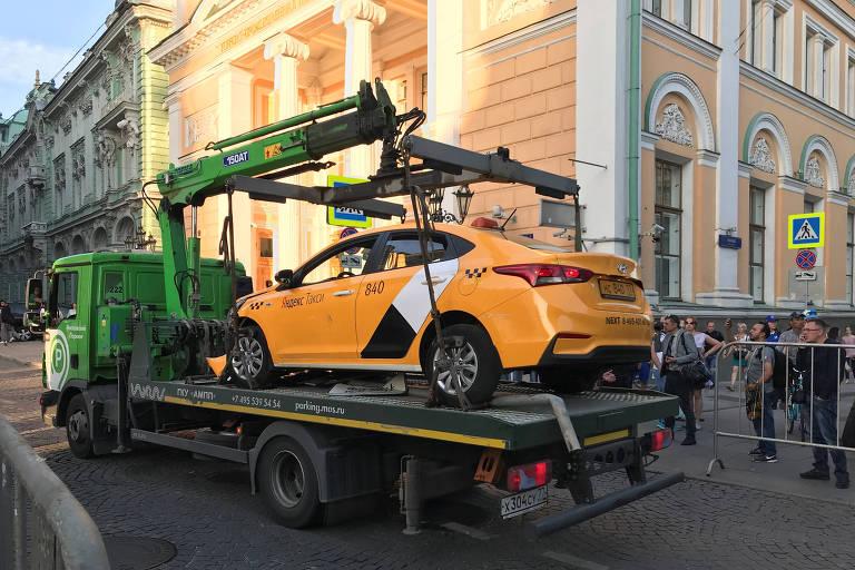 O táxi que atropelou e feriu sete pessoas em Moscou, neste sábado (16)