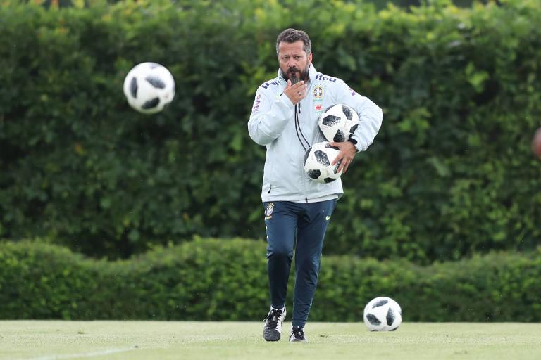 O auxiliar técnico Cléber Xavier em treino da seleção no CT do Tottenham