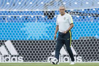 Tecnico Tite faz  reconhecimento  no gramado do Arena Rostov para o jogo do Brasil contra a Suica
