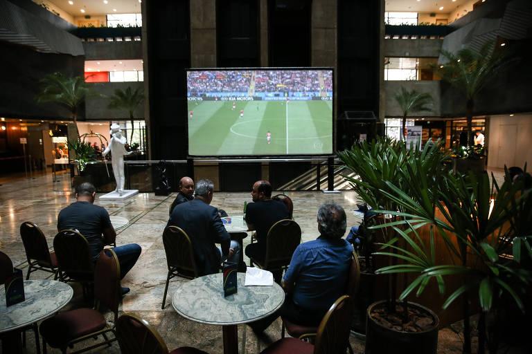 Hotel de São Paulo instala telão e faz decoração para a Copa