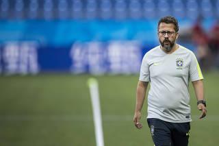 ***Para Terca Feira FOLHA***Cleber Xavier , auxiliar tecnico de Tite, prepara campo da Arena Rostov antes do treino de reconhecimento da Selecao Brasilera