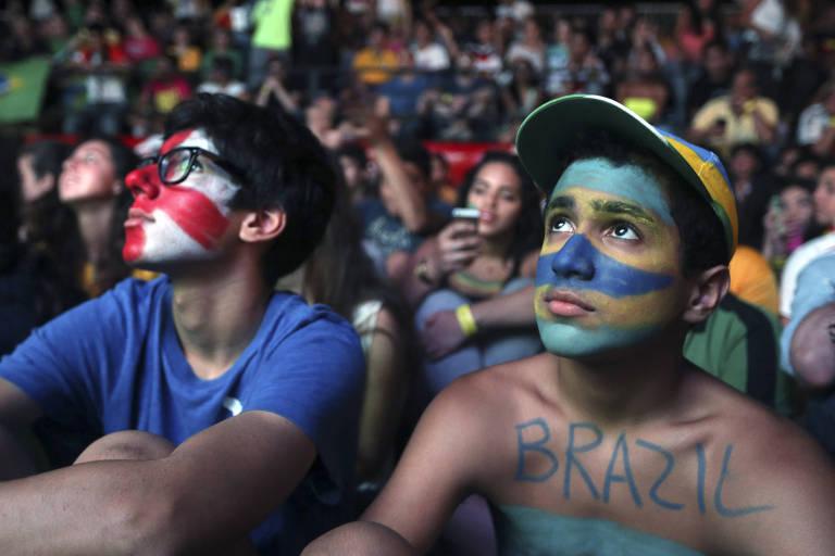 Jovens torcedores libaneses assistem a jogo da Copa do Mundo de 2014