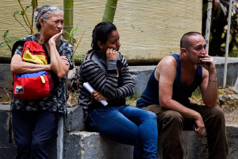 Parentes de vítimas de confusão em boate esperam por liberação dos corpos em necrotério de Caracas, na Venezuela