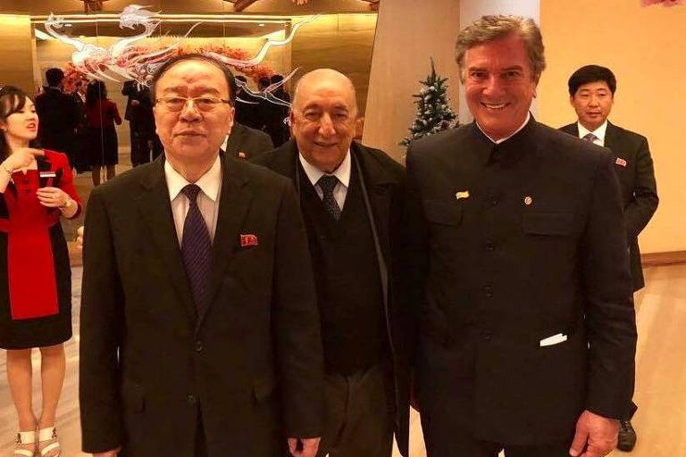Collor e o senador Pedro Chaves posam com Kim Yong-Nam, liderança norte-coreana