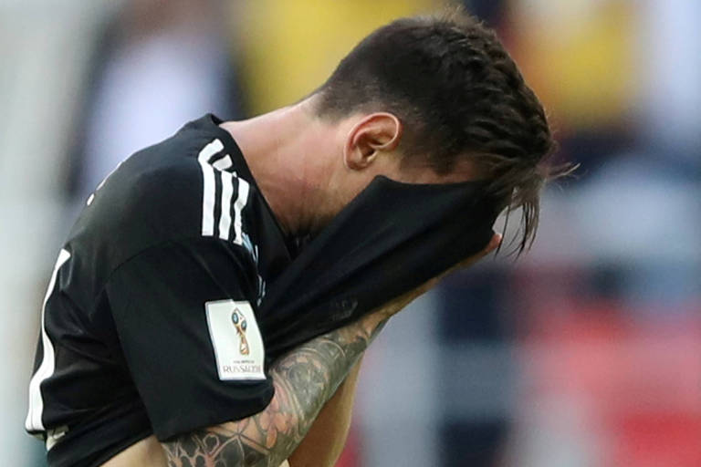Messi cobre o rosto com a camisa após final do jogo entre Argentina e Islândia