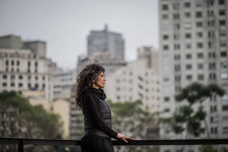 A produtora Cássia Andrade olha para a praça da Bandeira, no centro de SP