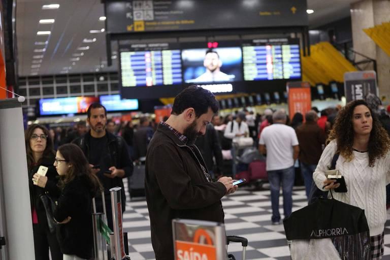 Passageiros esperam no saguão do aeroporto de Congonhas