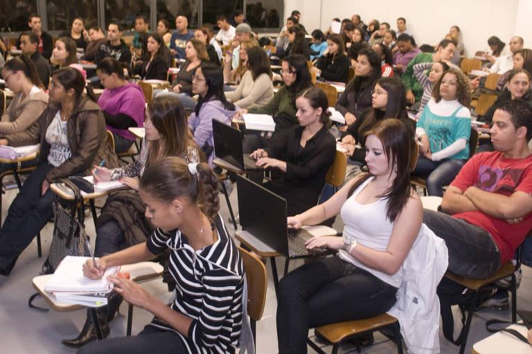 Alunos do curso de administração em sala de aula de unidade da faculdade Anhanguera, em São Paulo (SP)
