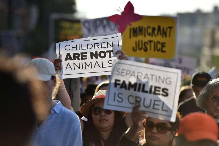 """Em Los Angeles, manifestantes erguem cartazes com os dizeres """"crianças não são animais"""" e """"separar famílias é cruel"""" durante ato contra a política de Trump de separar famílias detidas ao tentar entrar ilegalmente nos EUA"""