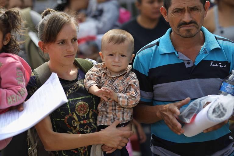 Família da América Central que tentou entrar nos EUA ilegalmente deixa centro de detenção do governo americano em McAllen (Texas)