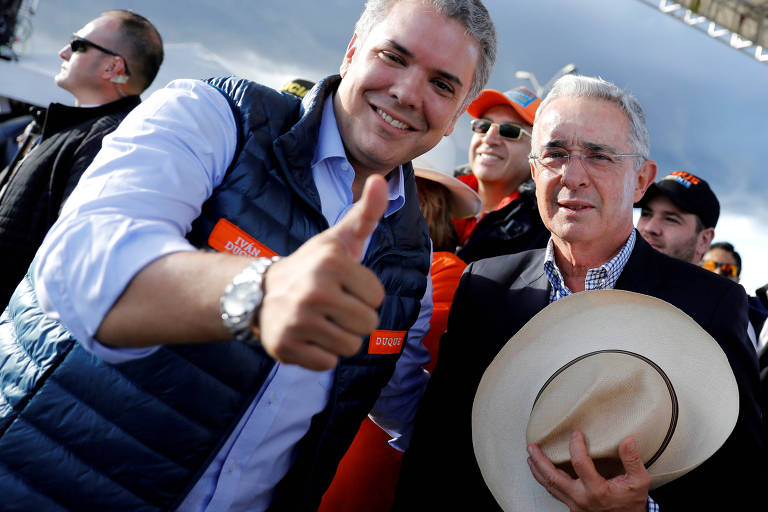 O ex-presidente Álvaro Uribe e o atual, Iván Duque, seu afilhado político