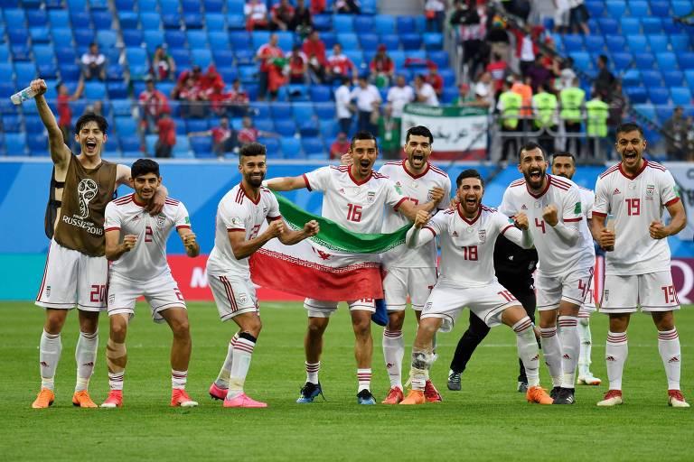 0689bbdee6 Jogadores do Irã comemoram a vitória sobre o Marrocos na última sexta-feira  (15
