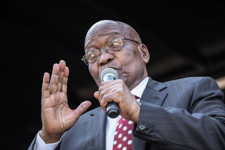 O ex-presidente Jacob Zuma discursa em manifestação em seu apoio, em Durban, onde foi ouvido pela Justiça em caso que apura corrupção na África do Sul