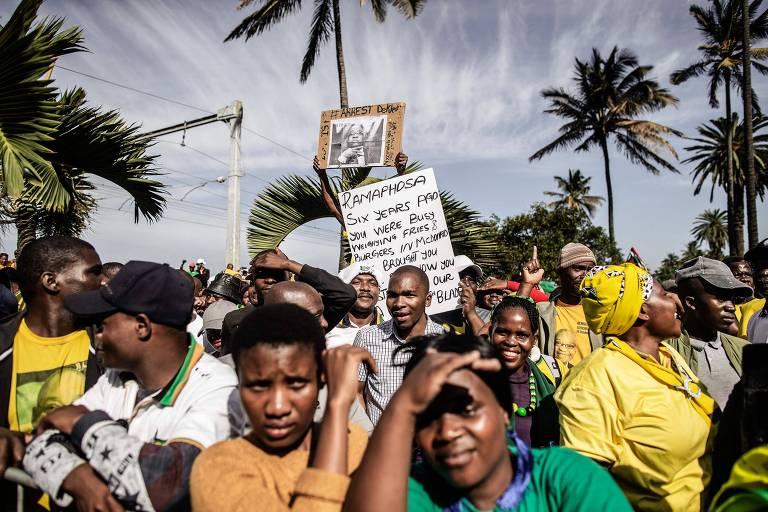 Manifestantes protestam em Durban, em apoio ao ex-presidente Jacob Zuma