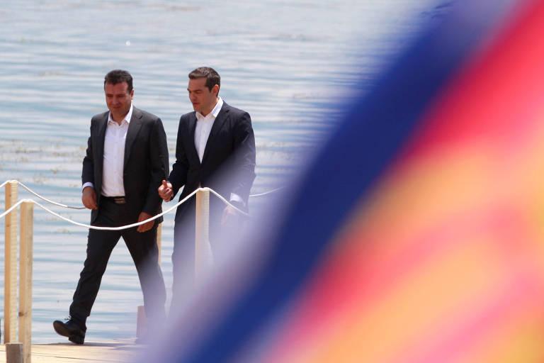 O primeiro-ministro da Macedônia, Zoran Zaev, e o primeiro-ministro da Grécia, Alexis Tsipras, durante encontro em Otesevo